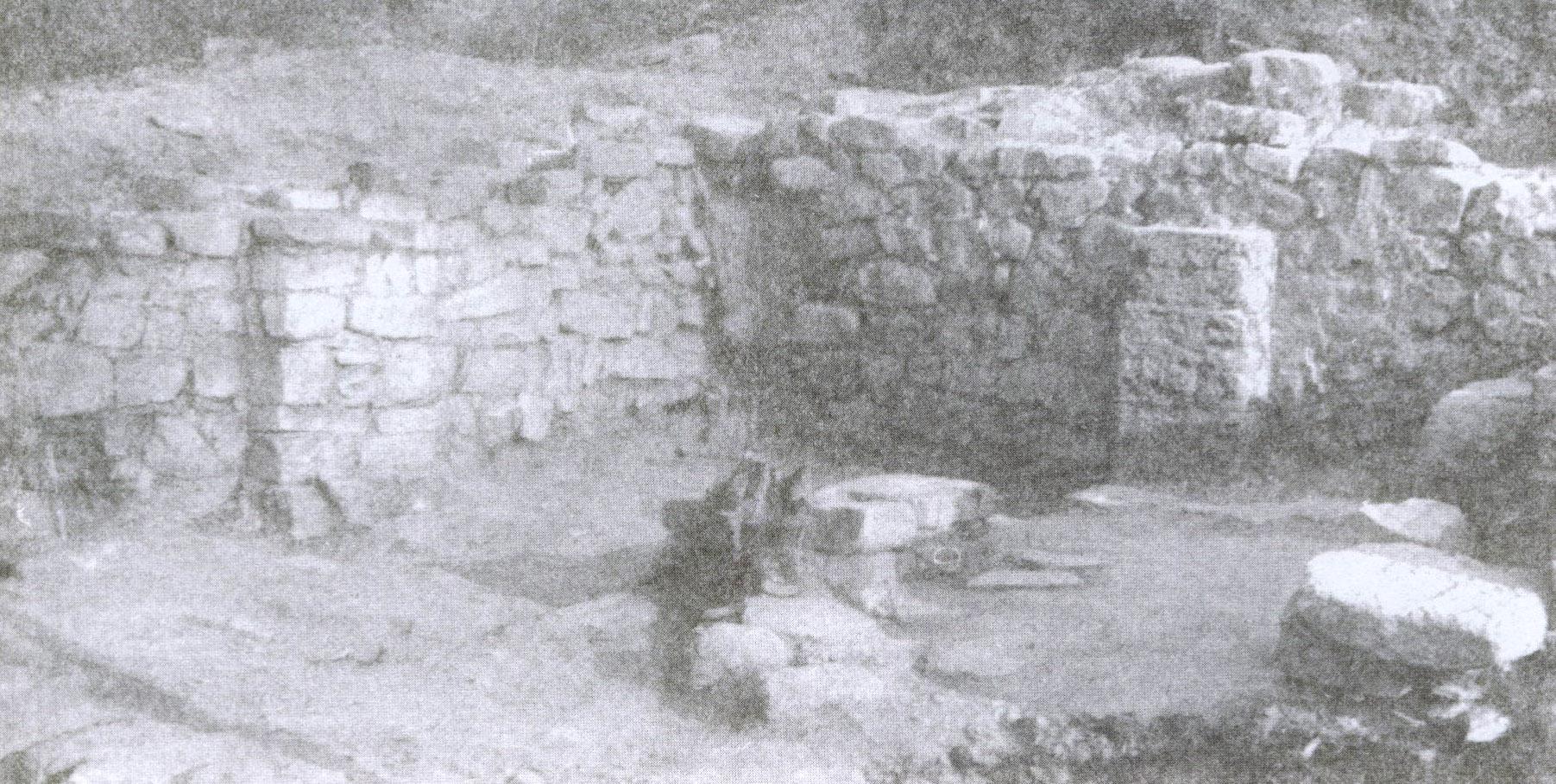 Рис. 4. Вид на западную и северозападную стены храма изнутри.