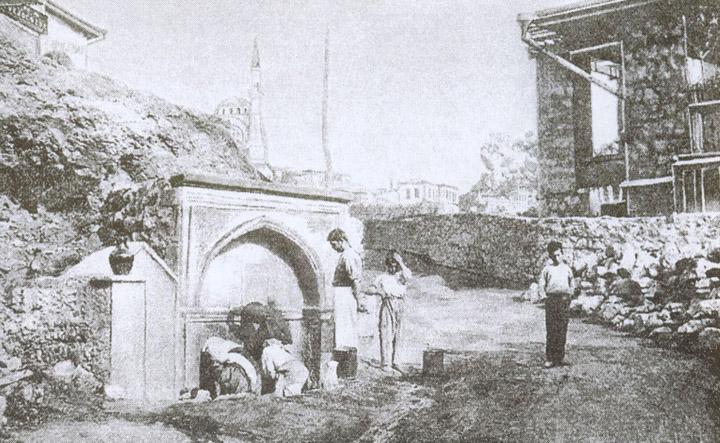 Питьевой фонтан у Губонинской аптеки (фото начала XX в.)