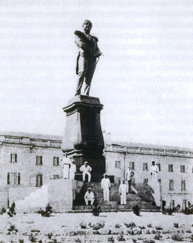 Памятник адмиралу Лазареву в Севастополе