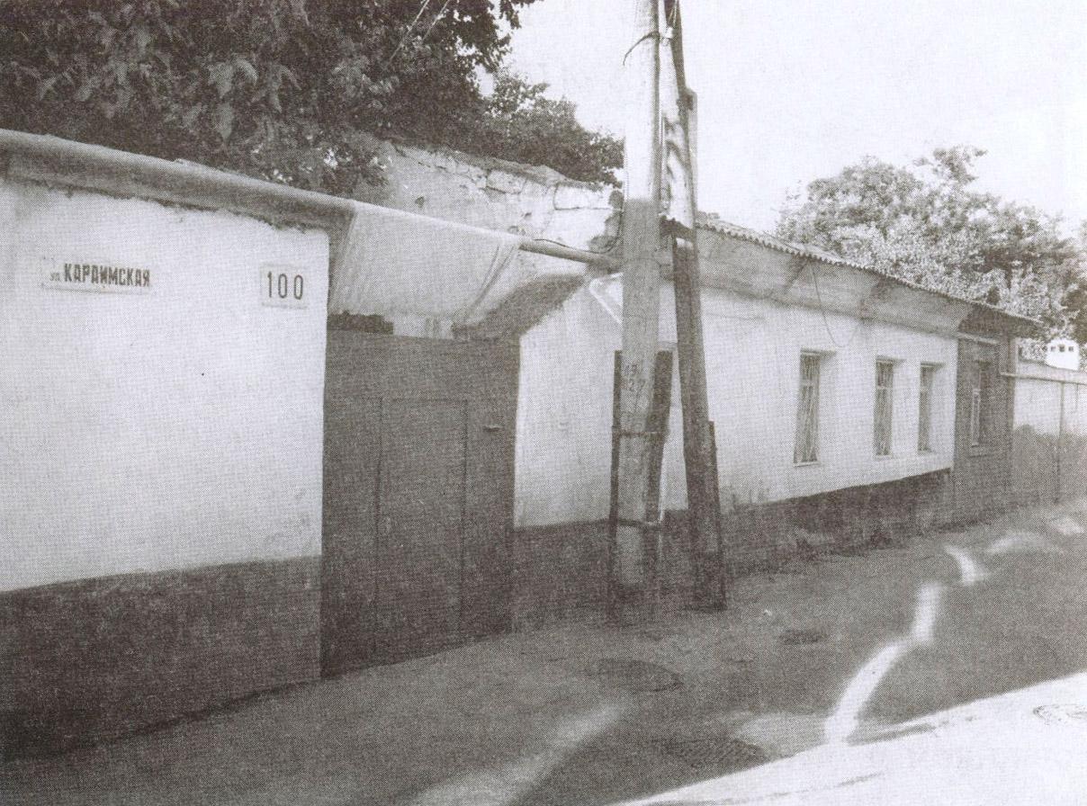 С нынешней улицы Дмитрия Ульянова сворачиваем на Караимскую. Старых зданий, подобных дому №100, здесь сохранилось немало