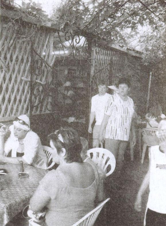 За столиками кафе «Караман» не бывает пусто, особенно в летний сезон