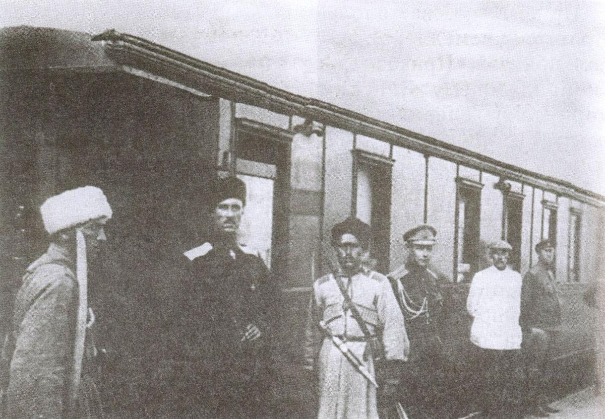 В своём личном вагоне П. Врангель принял редактора газеты «Евпаторийский Вестник» профессора Ратимова