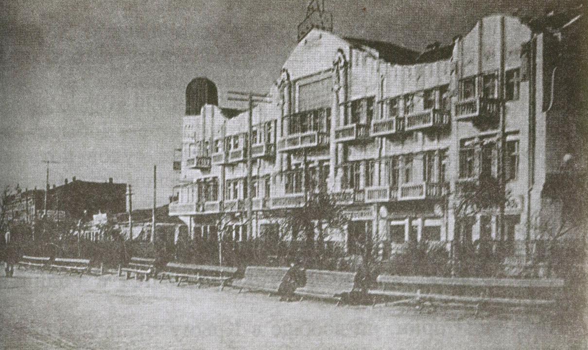 На первом этаже гостиницы «Бейлер» располагался ресторан. Здесь 14 октября 1920 года П. Врангель присутствовал на торжественном обеде