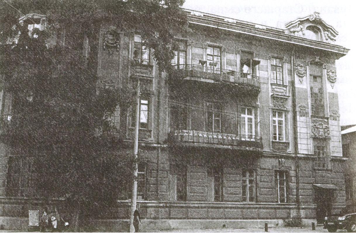 Восточный фасад дома С. Дувана выходит на улицу Тучина ранее называвшуюся Соборной