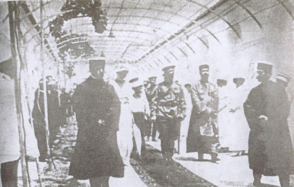 Николай II с сыном Алексеем (слева) в Виноградном дворике комплекса караимских кенас. Справа — гахам С. Шапшал