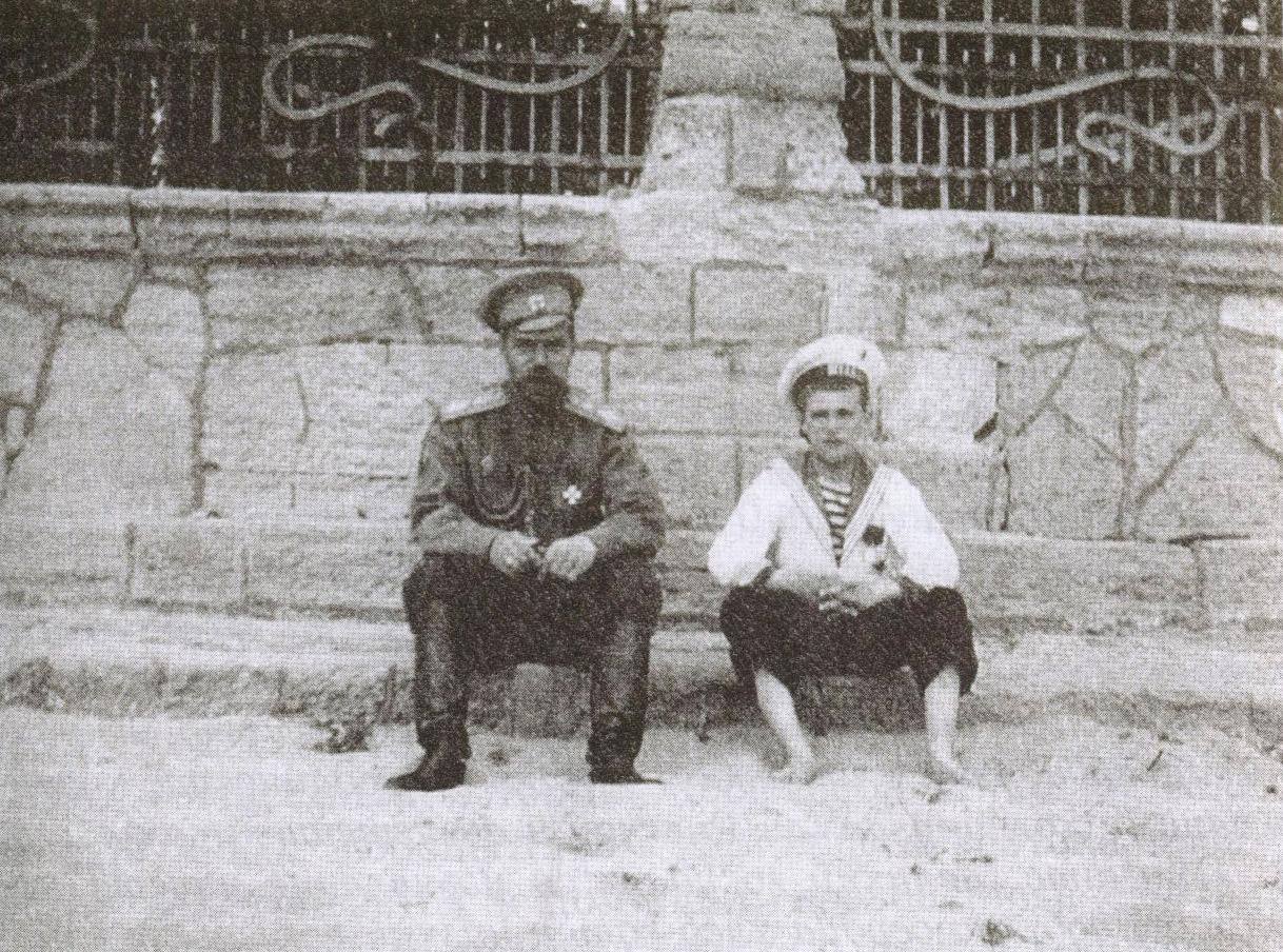 Николай II с сыном Алексеем на евпаторийском пляже у ограды дачи «Мечта»