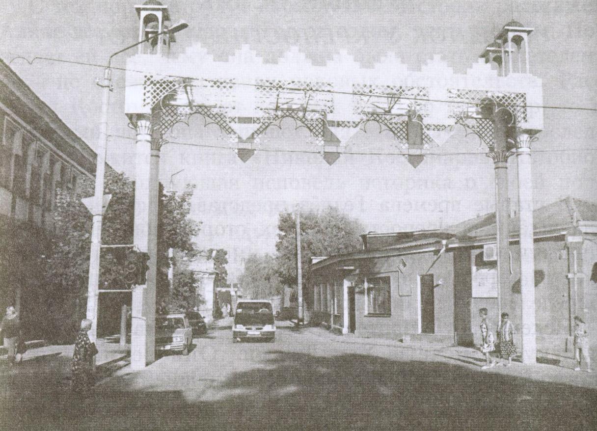 Когда-то здесь были узкие Конские ворота, а сегодня свободно ездят автомобили