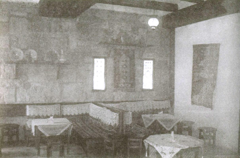 На втором этаже Крепостных ворот разместилась крымскотатарская кофейня «Кезлев Къавеси»
