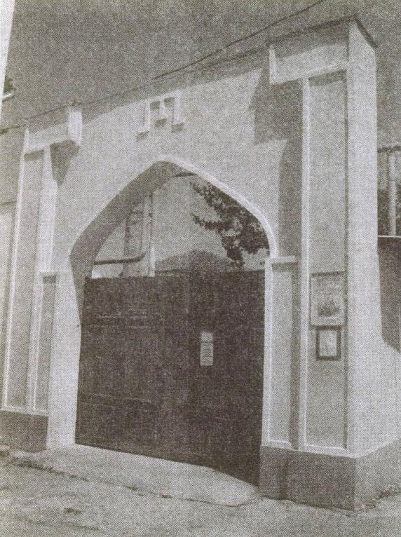Современный вход в монастырь странствующих дервишей. Над арочными воротами — изображение тамги, герба Крымского ханства