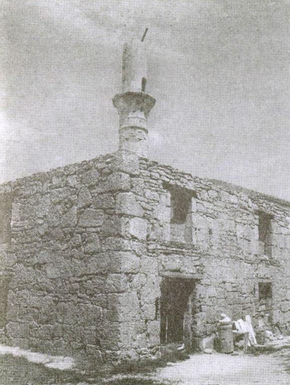 Руины монастырской мечети Шукурулла-эфенди с полуразрушенным минаретом