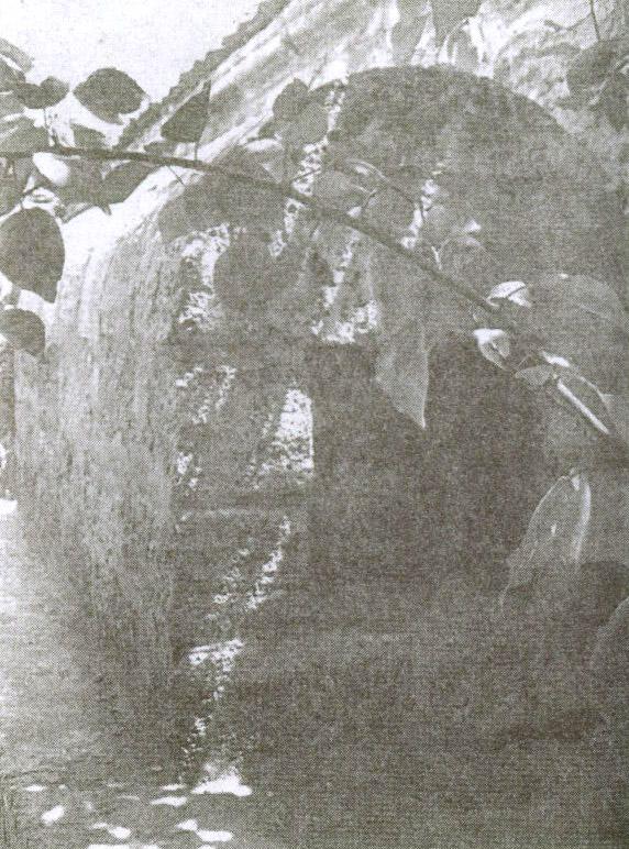 Могила самого древнего святого степного Крыма, Отеш-деде, расположена слева от входа в текие