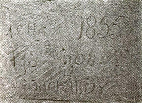 Французские надписи на фасаде армянского храма: «Шарль» (слева), «Ришар» (внизу), «1855» (справа вверху)