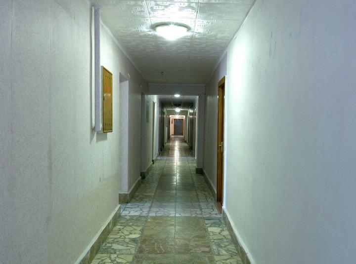 Коридор первого этажа с номерами для волонтеров
